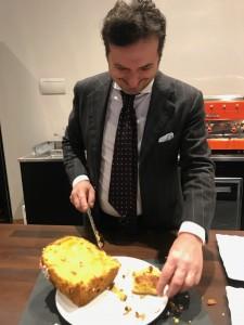 Chef Angiolo Barni presso bellissimo Myo mentre presenta Panettone fatto da lui